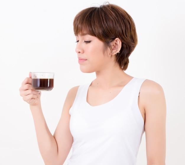 Donna di beautifulyoung asia con una tazza di caffè caldo