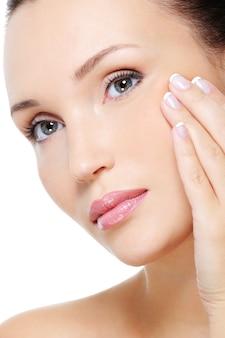 Donna di bellezza che mostra il processo di invecchiamento della pelle