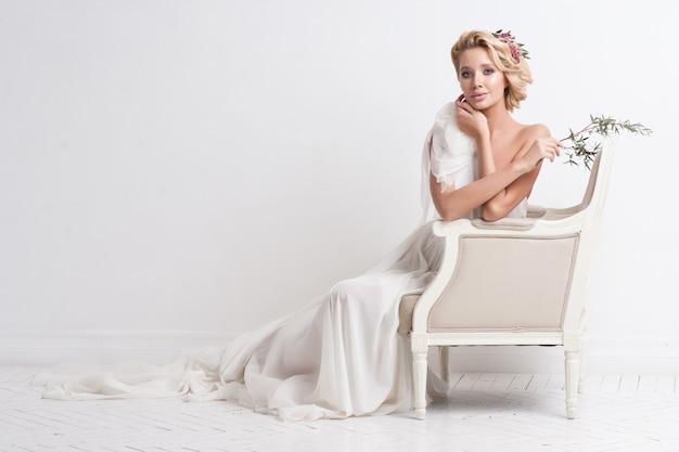 Donna di bellezza con trucco e acconciatura da sposa.