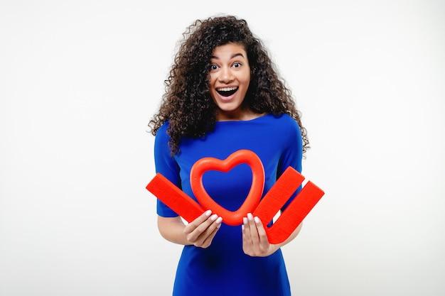Donna di colore con rosso ti amo lettere e cuore isolato