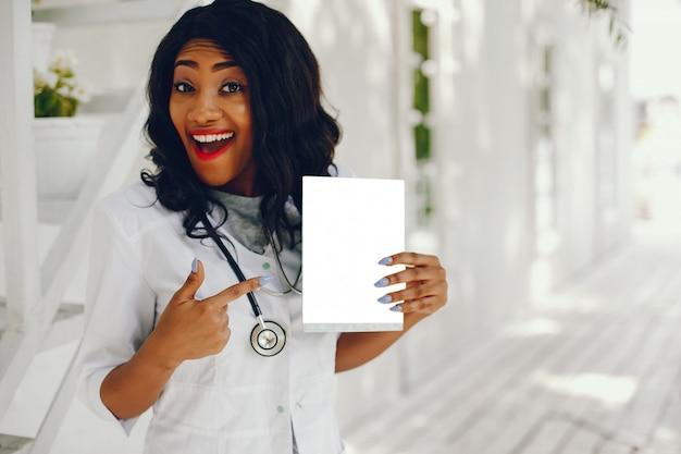 Donna di colore con stetoscopio