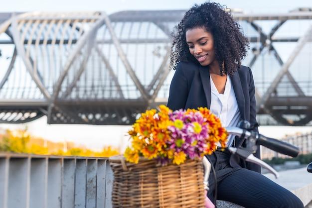Donna di colore di affari con la bicicletta d'annata