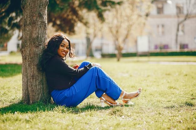 Donna di colore in un parco