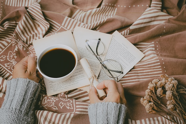 Donna di concetto di giornata internazionale del caffè che tiene tazza di caffè