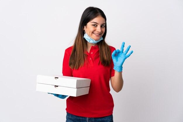 Donna di consegna della pizza che giudica una pizza isolata su bianco che mostra segno giusto con le dita