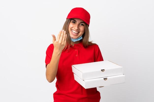 Donna di consegna della pizza che tiene una pizza