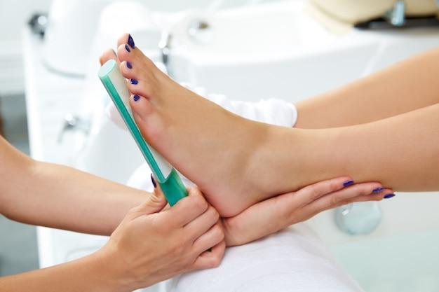 Donna di cura dei piedi di rimozione della pelle morta di pedicure