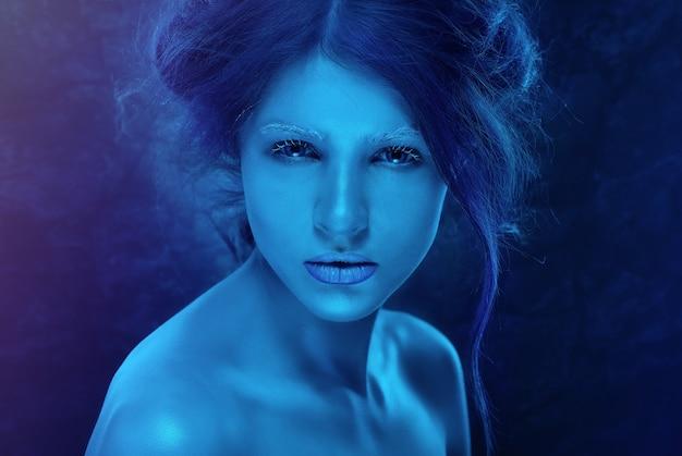 Donna di fantasia con pelle e trucco blu gelo