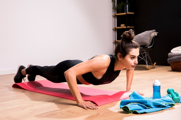 Donna di forma fisica che fa esercizio a casa