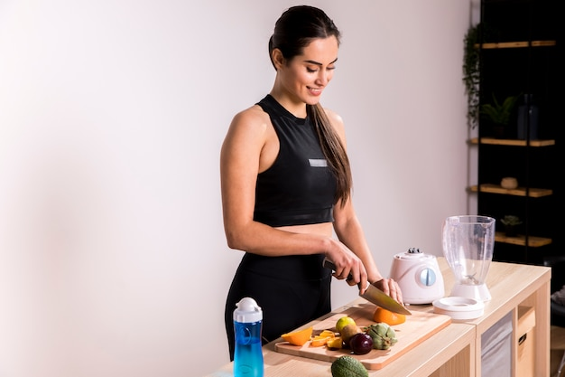 Donna di forma fisica che prepara un succo della disintossicazione