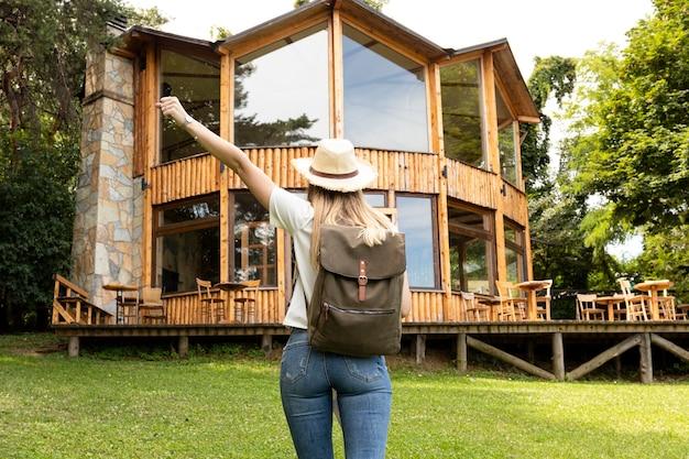 Donna di fronte a una casa moderna