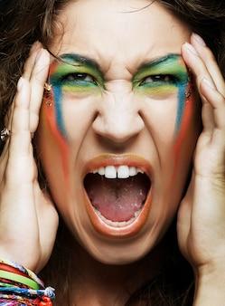 Donna di grido con trucco professionale creativo