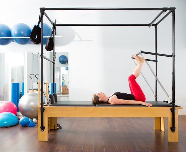 Donna di istruttore aerobico di pilates in cadillac