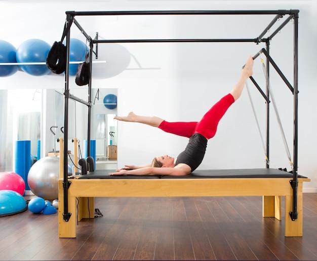 Donna di istruttore di pilates di aerobica in cadillac