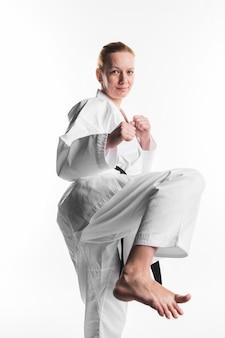 Donna di karate calci vista frontale