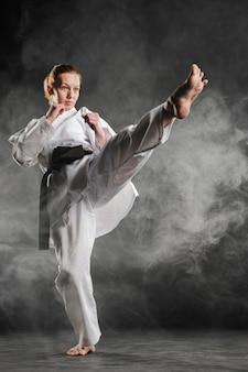 Donna di karate in azione a tutto campo