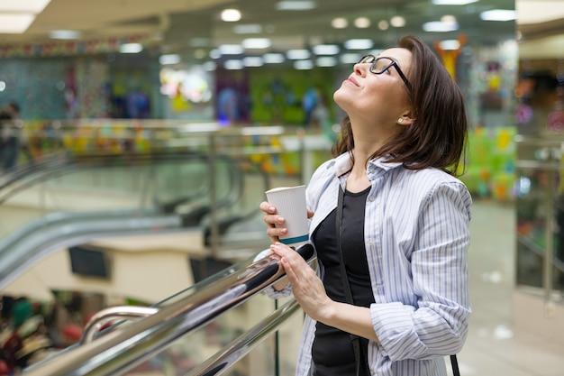 Donna di mezza età con una tazza di caffè