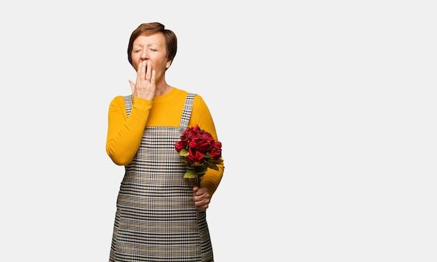 Donna di mezza età festeggia il giorno di san valentino stanco e molto assonnato