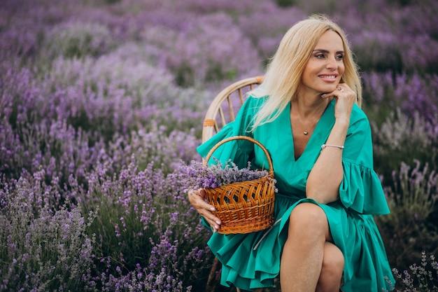 Donna di mezza età in un campo di lavanda