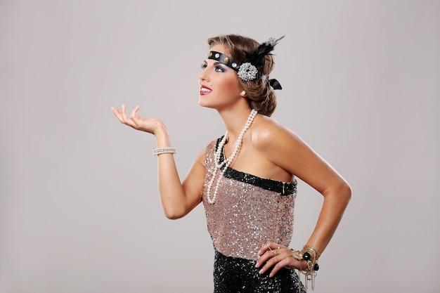 Donna di partito in elegante abito da festa nero e rosa