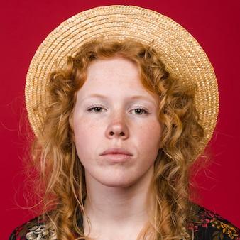 Donna di redhead che guarda l'obbiettivo