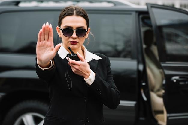 Donna di sicurezza che ferma i fotografi