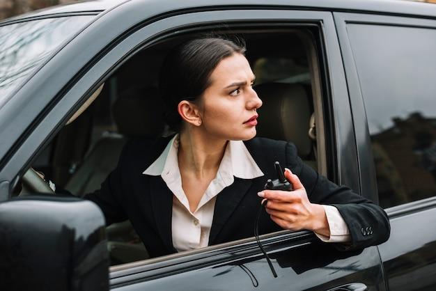 Donna di sicurezza del primo piano in automobile