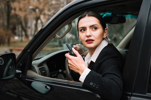 Donna di sicurezza dell'angolo alto in automobile