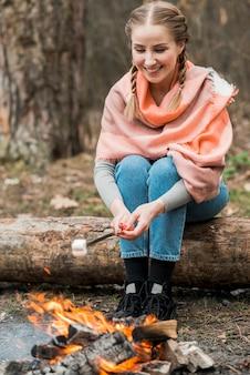 Donna di smiley che cucina marshmallow