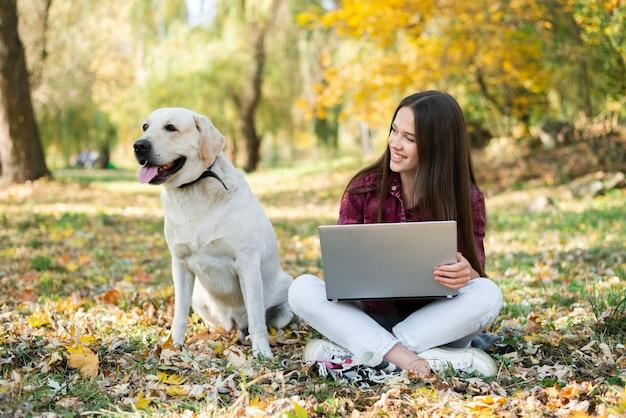 Donna di smiley che esamina il suo cane