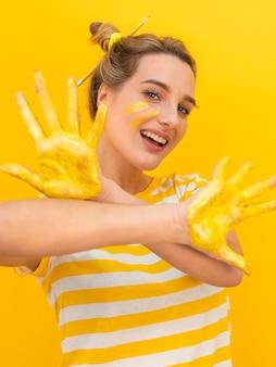 Donna di smiley che mostra le sue palme