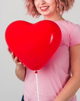 Donna di smiley che propone con l'aerostato