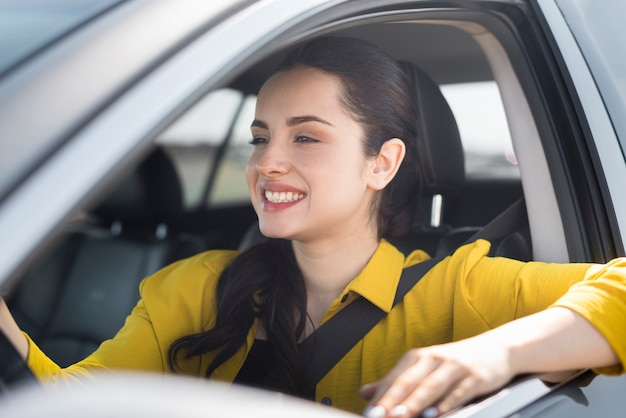 Donna di smiley con la cintura di sicurezza