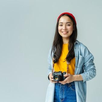 Donna di smiley con la macchina fotografica all'interno