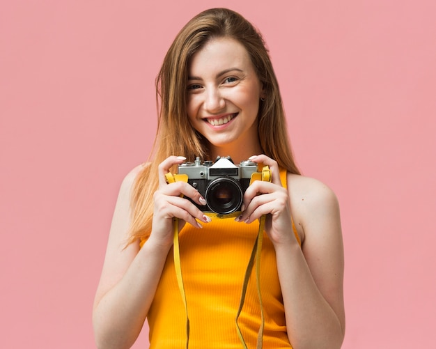 Donna di smiley con la macchina fotografica