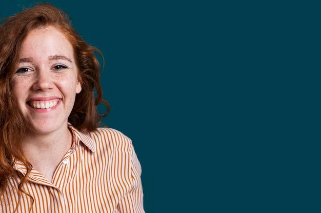 Donna di smiley del primo piano con copia-spazio