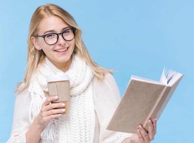 Donna di smiley di vista frontale che tiene un libro