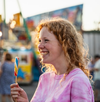 Donna di smiley lentiggini che gode di una lecca-lecca