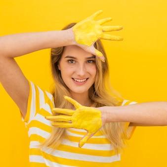 Donna di spettacolo medio con vernice sulle mani