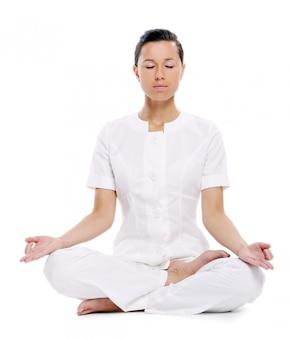 Donna di sport che fa esercizio di yoga