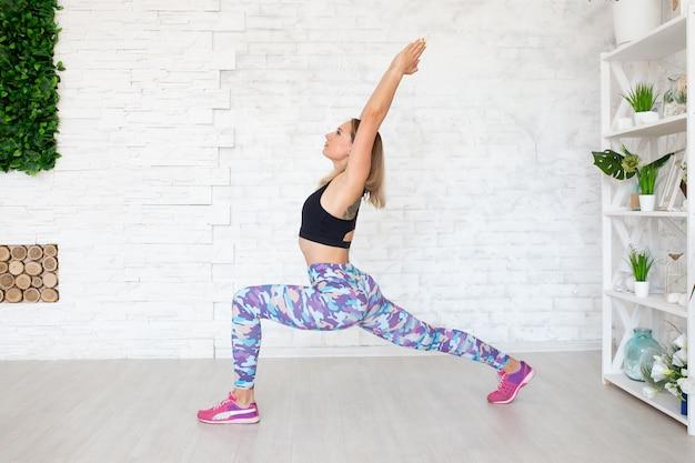 Donna di sport di forma fisica che fa esercizio di forma fisica di yoga