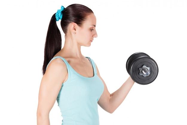 Donna di sport fitness lavorando con manubri
