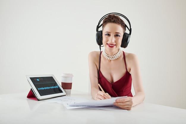 Donna di talento che scrive una nuova canzone