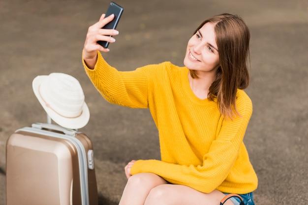 Donna di viaggio adorabile che prende un selfie