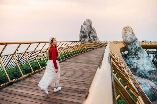 Donna di viaggio al golden bridge in ba na hills, danang vietnam