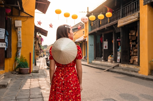 Donna di viaggio alle strade di hoi an, vietnam