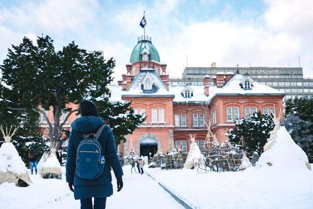 Donna di viaggio nella stagione invernale