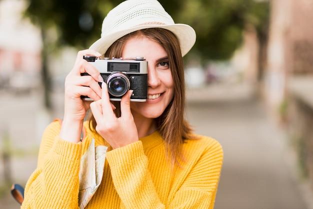 Donna di viaggio sola che scatta una foto