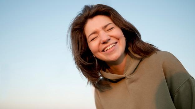 Donna di vista bassa che sorride e che è felice