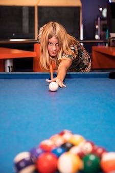 Donna di vista frontale che gioca biliardo